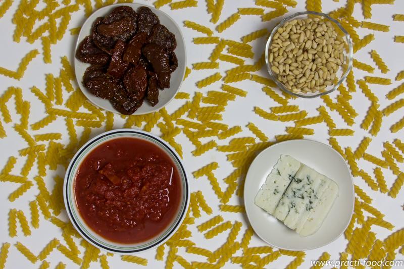 פסטה עם עגבניות צנוברים ורוקפור