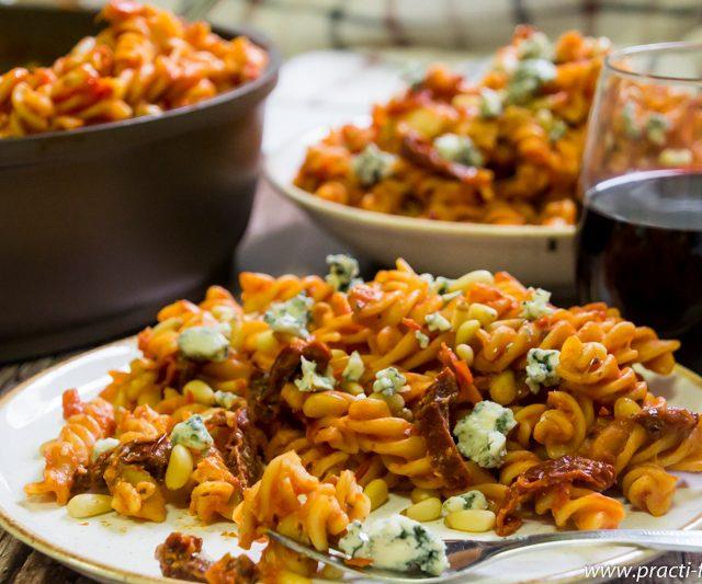 פסטה עם עגבניות, צנוברים ורוקפור (או מי שוטף כלים?)