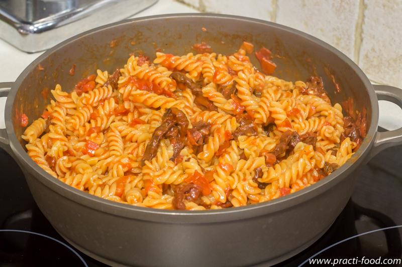 פסטה עם עגבנית צנוברים ורוקפור