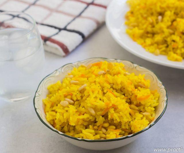 אורז צהוב (או אורז, גזר, כורכום וצנוברים נכנסו לסיר)